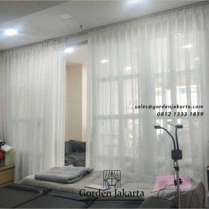 contoh vitrage jendela minimalis putih di apartemen royal mediterania id4547
